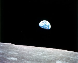 Earthrise over the Moon. <em>Crédito: NASA</em>
