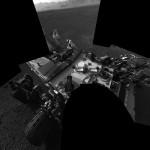 Vista de la espalda del Curiosity, desde la cámara principal -- Créditos de la imagen: NASA/JPL-Caltech/MSSS