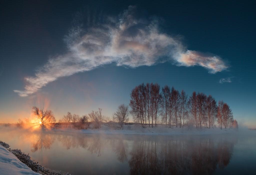 Imágen panorámica de un amanecer en el río Miass