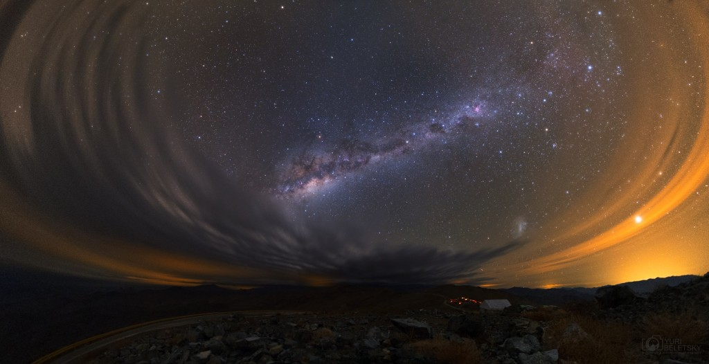 Una noche un poco nublada en Atacama — Créditos: Yuri Beletsky (Las Campanas Observatory, Carnegie Institution)  — Fuente: APOD 27/07/13