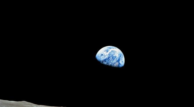 salida de la tierra tomada por el apollo 8 mientras orbitaba la luna
