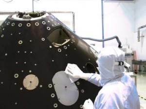 ténico quitando los microbios del módulo de aterrisaje de la sonda ExoMars