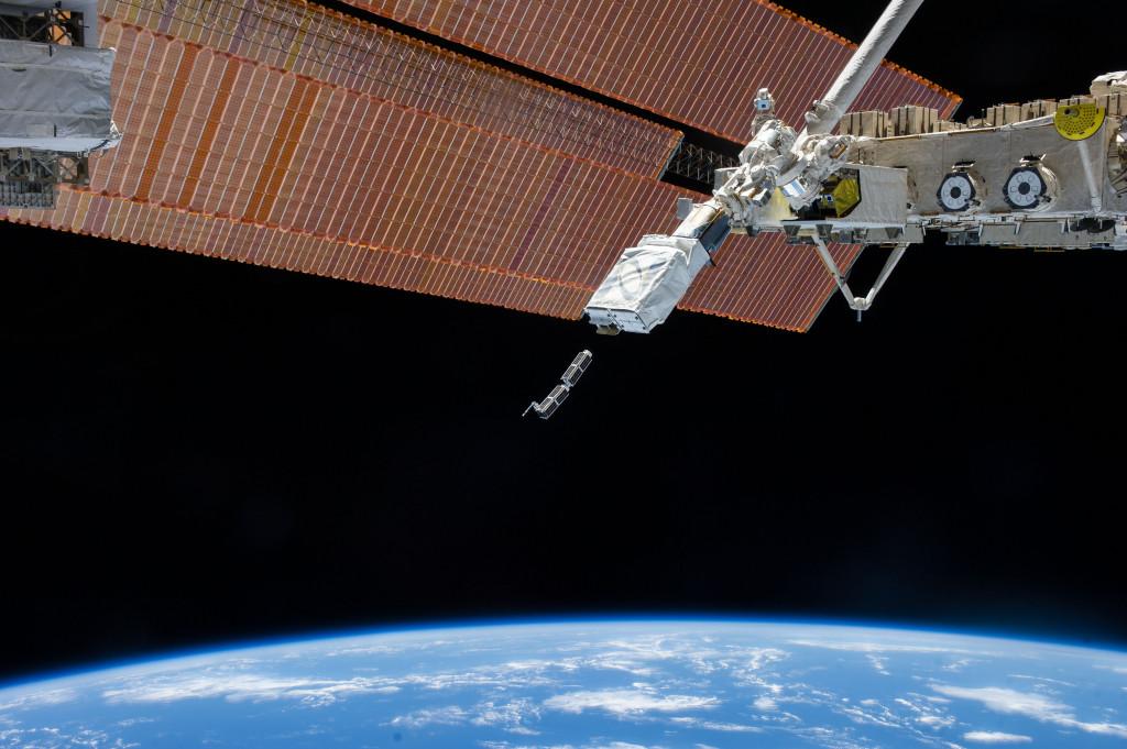Nanosatélites siendo liberados por la Estación Espacial Internacional en febrero de 2014